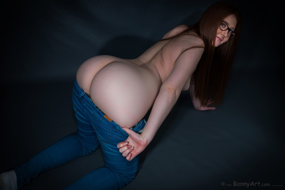 Curvy Young Girl Undressing Her Ass on all fours